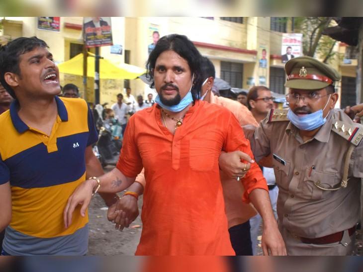 नरेंद्र गिरि के कमरे में दो दरवाजे थे, ये खुला था या बंद था; शव को फंदे से उतार कर क्राइम सीन और साक्ष्य से छेड़छाड़ क्यों हुई?|प्रयागराज (इलाहाबाद),Prayagraj (Allahabad) - Dainik Bhaskar