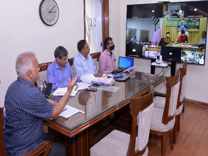 मुख्य सचिव निरंजन आर्य ने डिविजनल कमिश्नर और जिला कलेक्टरों की वीडियो कॉन्फ्रेंसिंग से बैठक ली और पुख्ता सुरक्षा बंदोबस्त करने के निर्देश