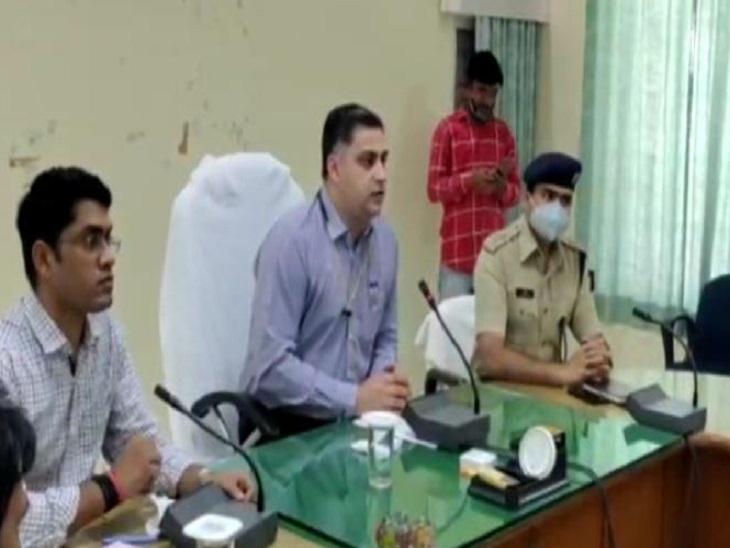 बैठक में मौजूद अधिकारीगण। - Dainik Bhaskar
