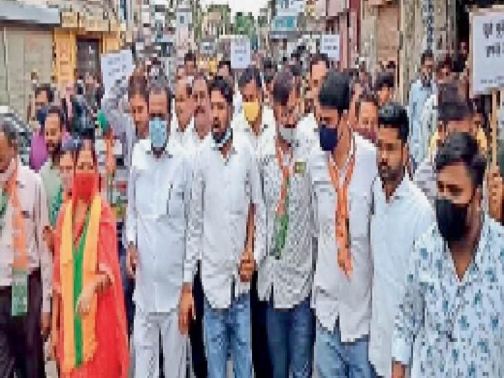 गाली-गलाैच व मारपीट करने वाले काेतवाल और कांस्टेबलों के खिलाफ कार्रवाई की मांग|सीकर,Sikar - Dainik Bhaskar