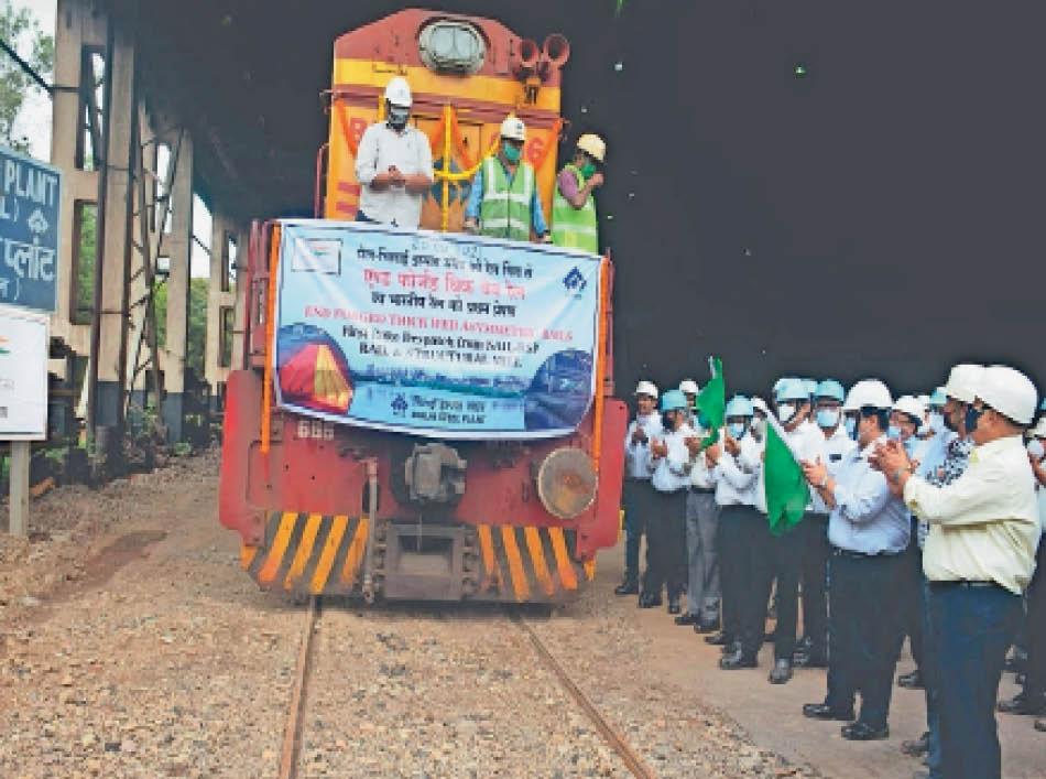 पटरियों को लोड कर भारतीय रेलवे को भेजा गया पहला रैक। - Dainik Bhaskar