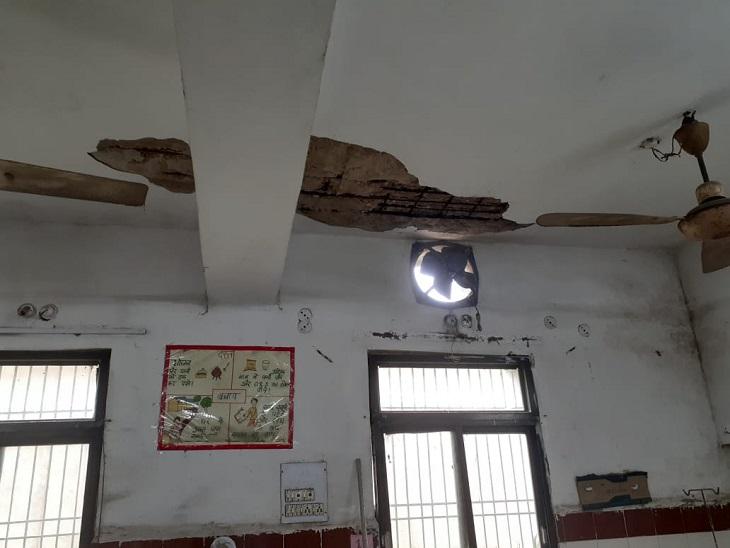 महिला वार्ड में छत का टूटा हुआ।  वार्ड में 10 भर्ती भर्ती।