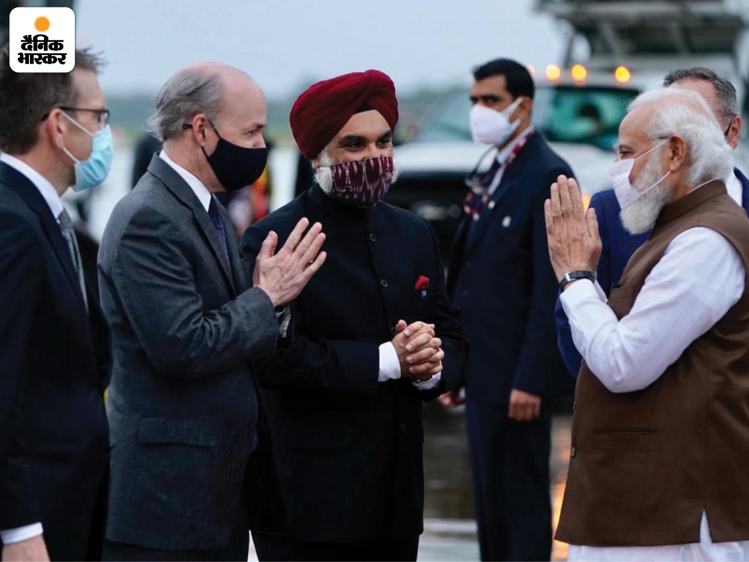 मोदी ने एयरपोर्ट पर मौजूद अधिकारियों से नमस्ते किया।