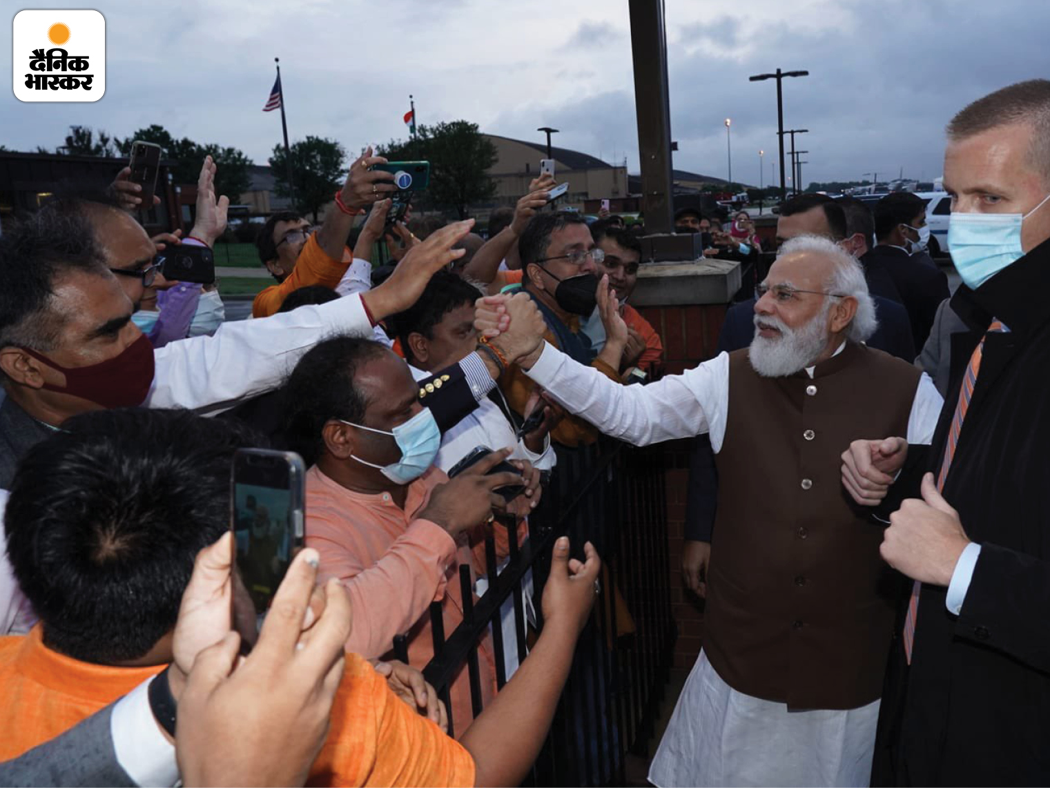 वॉशिंगटन एयरपोर्ट के बाहर मोदी को देखने के लिए काफी भीड़ थी। यहां एक व्यक्ति ने उनकी ओर हाथ बढ़ाया तो मोदी ने भी उनका हाथ थाम लिया।