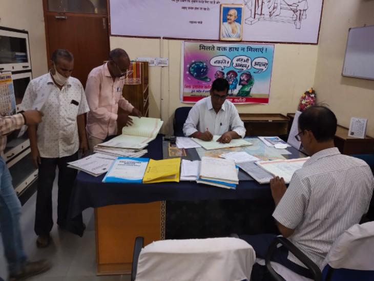 ADM ने कलेक्ट्रेट सहित 14 विभागों के ऑफिस का किया औचक निरीक्षण, 43 कार्मिकों के नहीं मिलने पर जारी किए कारण बताओ नोटिस|करौली,Karauli - Dainik Bhaskar