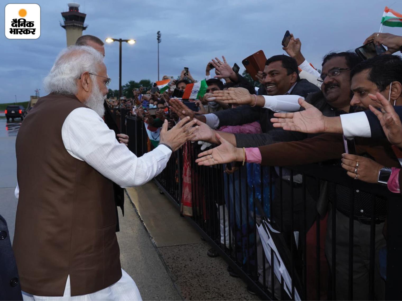 एयरपोर्ट के बार हर कोई मोदी से हाथ मिलाने की कोशिश करता दिखाई दिया और मोदी ने भी कोशिश की कि कोई निराश न हो।