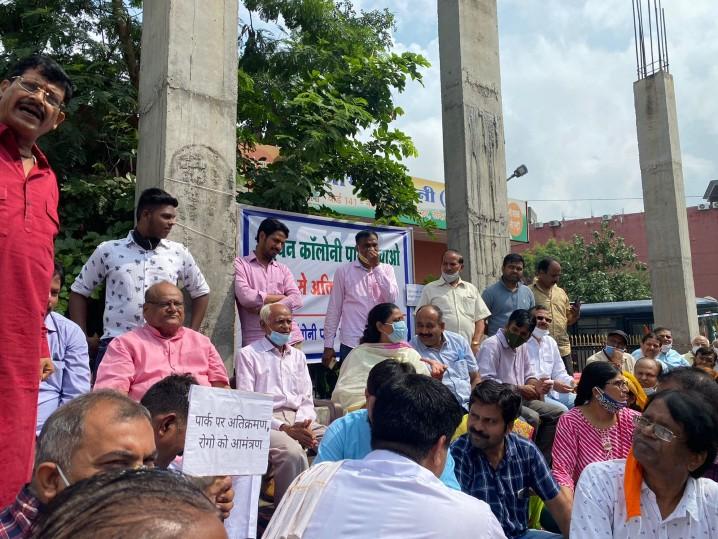 विधायक और महिला आयोग की पूर्व अध्यक्ष दो घंटे तक धरने पर बैठे; मेयर और उपायुक्त के आश्वासन के बाद खत्म किया प्रदर्शन|जयपुर,Jaipur - Dainik Bhaskar