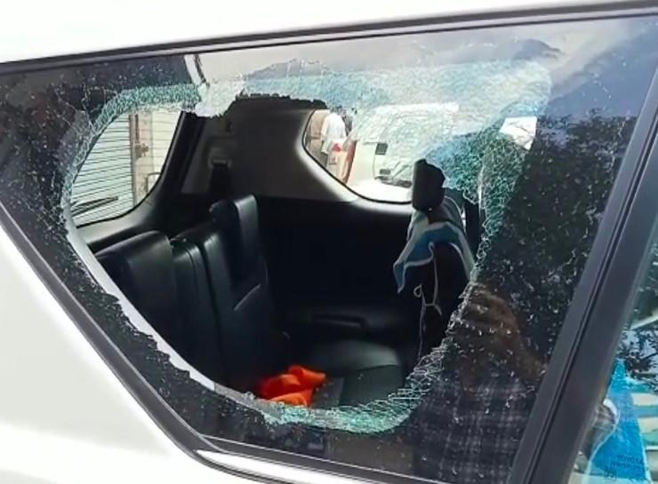 कार का टूटा हुआ शीशा, जिसे तोड़कर लैपटॉप बैग चुराया गया