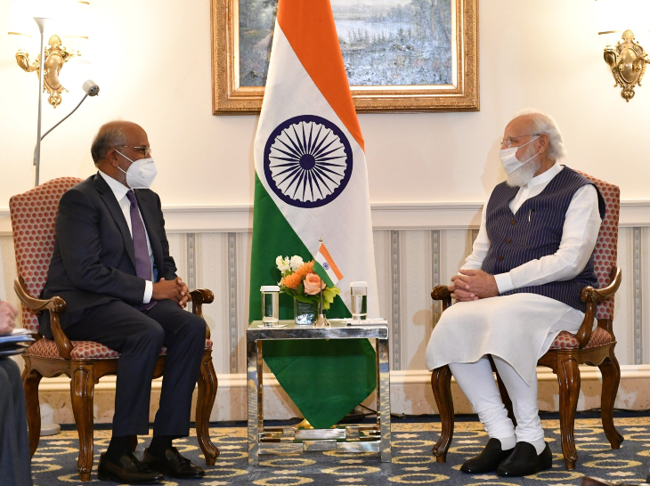 प्रधानमंत्री नरेंद्र मोदी के साथ एडॉब के सीईओ शांतनु नारायण।
