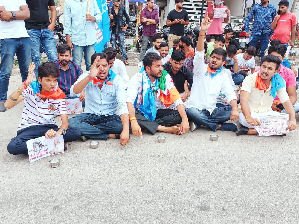 रिद्धि-सिद्धि चौराहे पर प्रधानमंत्री के खिलाफ किया प्रदर्शन, बोले- 'शेम ऑन यू मोदी जी'|जयपुर,Jaipur - Dainik Bhaskar