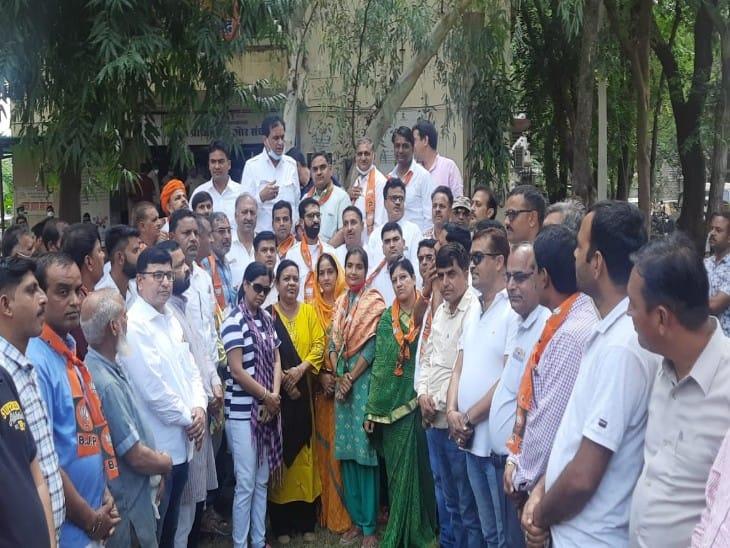 प्रतापगढ़ जिले में बढ़ रहे आपराधिक घटनाओं को लेकर भाजपाइयों का विरोध प्रदर्शन, कहा सख्त से सख्त हो कार्रवाई, दीपक प्रजापति पर गोली चलाने वालों की गिरफ्तारी की मांग की|चित्तौड़गढ़,Chittorgarh - Dainik Bhaskar