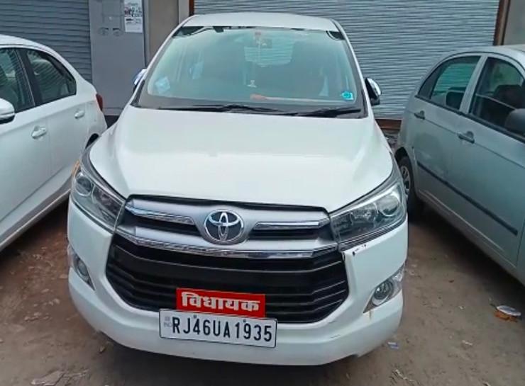 एमआई रोड पर होटल में परिवार के साथ लंच करने गए थे भाजपा विधायक, पार्किंग में खड़ी कार का शीशा तोड़कर वारदात, 45 मिनट बाद ही बरामद हुआ बैग|जयपुर,Jaipur - Dainik Bhaskar