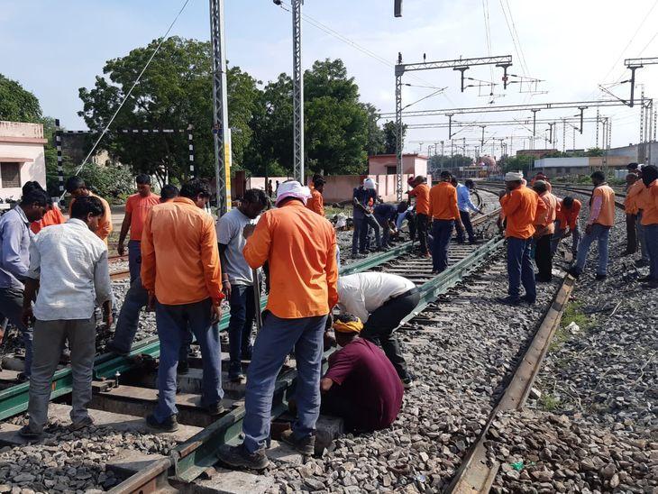 रेलवे ट्रैक पर थिक वेब स्विच लगाने का काम शुरू;स्पीड में ट्रेन के प्वाइंट बदलने पर भी नहीं लगेगा झटका|अजमेर,Ajmer - Dainik Bhaskar