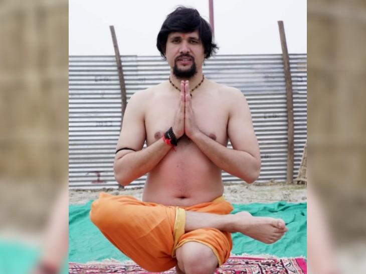 आनंद गिरि को योग में महारत हासिल है। वे कई तरह के आसन बड़े आसान तरीके से करते हैं।