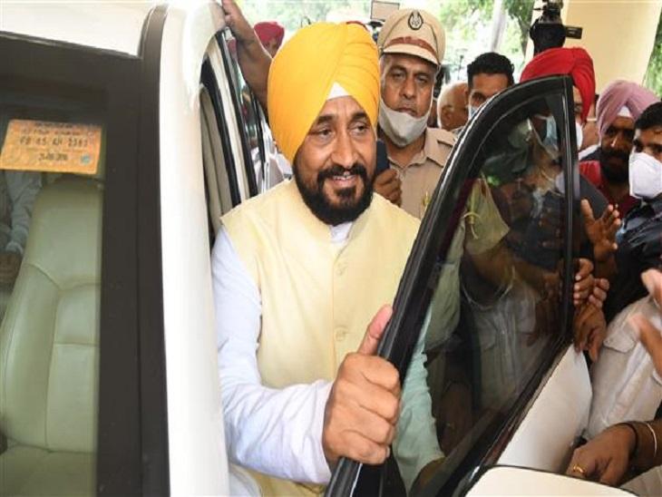 अपनी कार से उतरते पंजाब के मुख्यमंत्री चरणजीत सिंह चन्नी। (फाइल फोटो)