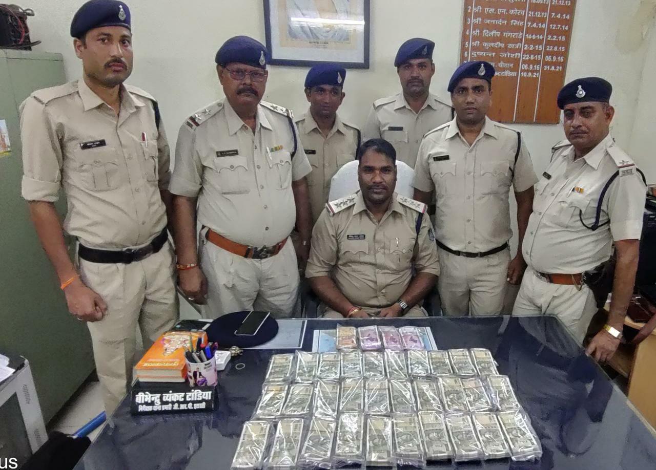 जीआरपी ने जब्त किए 16.50लाख रुपए। - Dainik Bhaskar