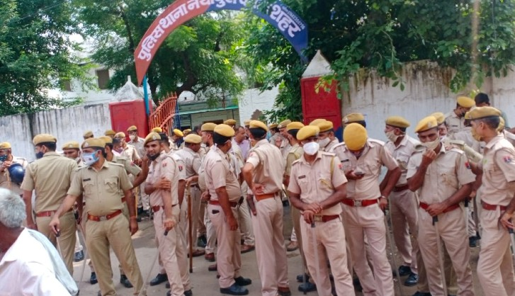 नयापुरा थाने में CI मुकेश मीणा समेत 34 पुलिसकर्मी थे। जिन्हें लाइन हाजिर किया है।