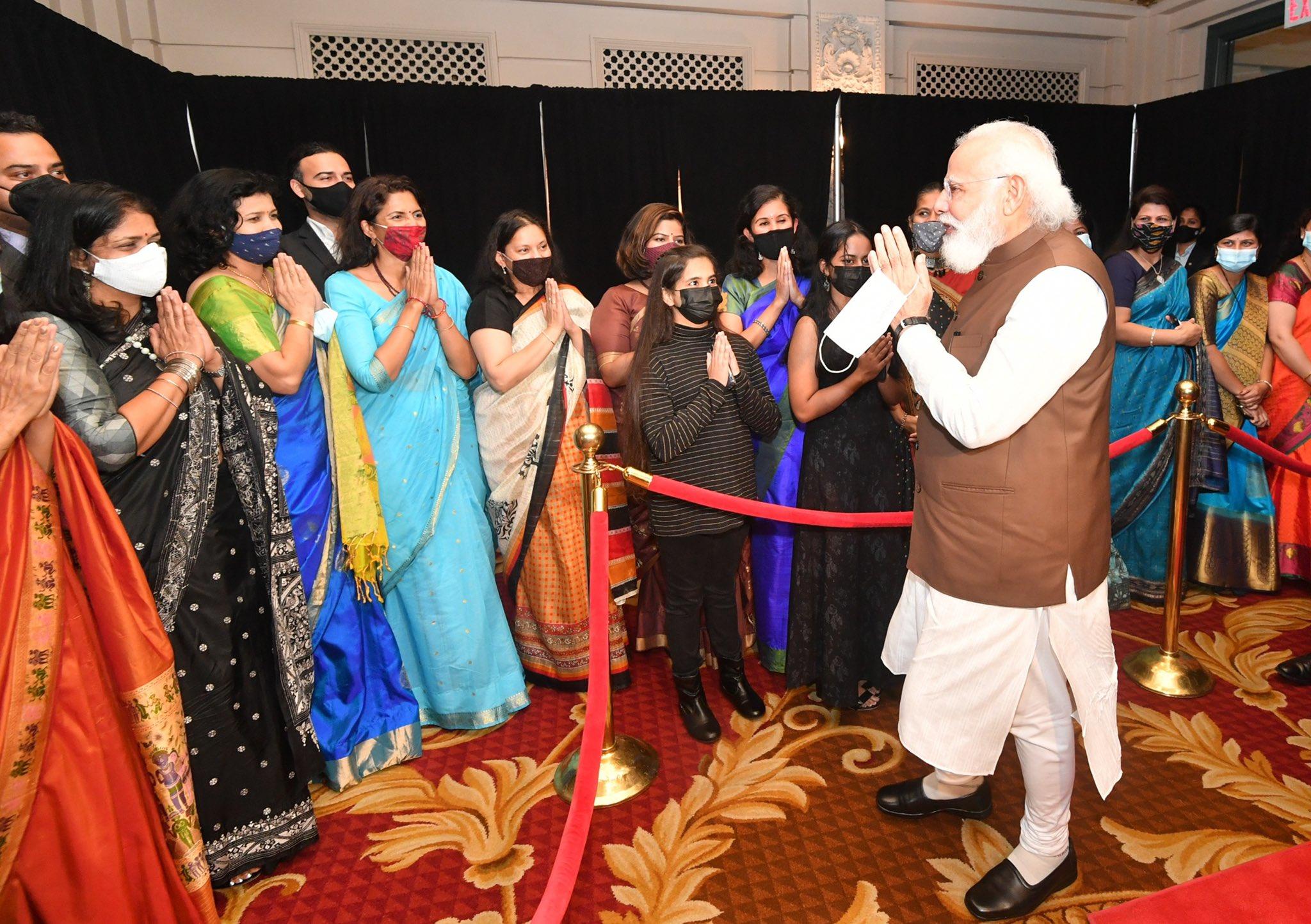 गुरुवार को वॉशिंगटन में भारतीय मूल की महिलाओं से मुलाकात करते हुए प्रधानमंत्री मोदी।