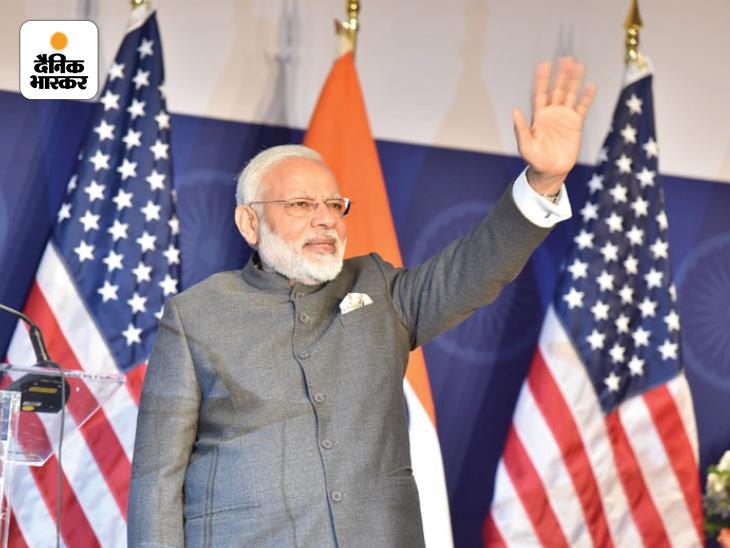 यह तस्वीर 25 जून 2017 की है। तब प्रधानमंत्री नरेंद्र मोदी 5वीं बार अमेरिका पहुंचे थे। उन्होंने अमेरिका की राजधानी वॉशिंगटन डीसी में भारतीय समुदाय के लोगों को संबोधित किया था। तब मोदी ब्राउन कलर के कोट पैंट में नजर आए थे।