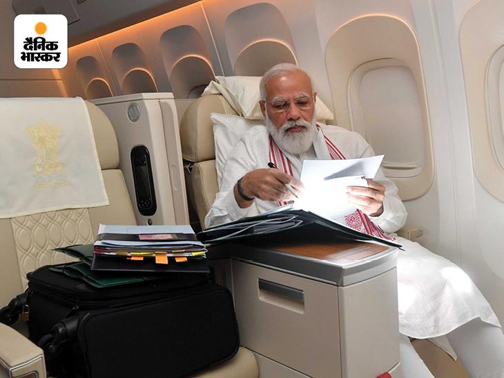 बुधवार को अमेरिका के दौरे पर रवाना होने के बाद प्रधानमंत्री मोदी ने यह तस्वीर सोशल मीडिया पर शेयर की। तस्वीर में मोदी कुछ डॉक्युमेंट पढ़ते नजर आ रहे हैं। खास बात यह है कि इस बार मोदी ने अपनी दाढ़ी ट्रिम कराई है। उनकी दाढ़ी हल्की छोटी नजर आ रही है। कोरोना के बाद से उन्होंने लंबी दाढ़ी रखी थी।