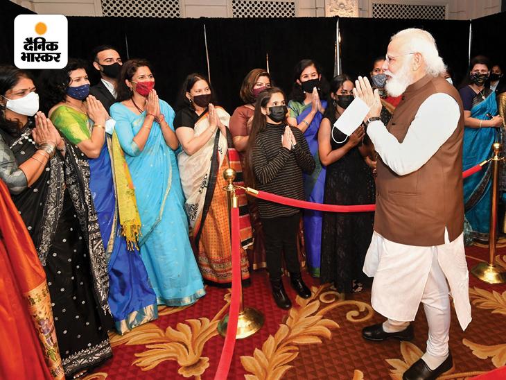 अभी प्रधानमंत्री नरेंद्र मोदी तीन दिन के अमेरिका दौरे पर हैं। बुधवार को अमेरिका की राजधानी वॉशिंगटन डीसी पहुंचने के बाद मोदी ने वहां रहने वाले भारतीय समुदाय के लोगों से मुलाकात की। तस्वीर में मोदी प्रवासी भारतीय महिलाओं के साथ नजर आ रहे हैं।