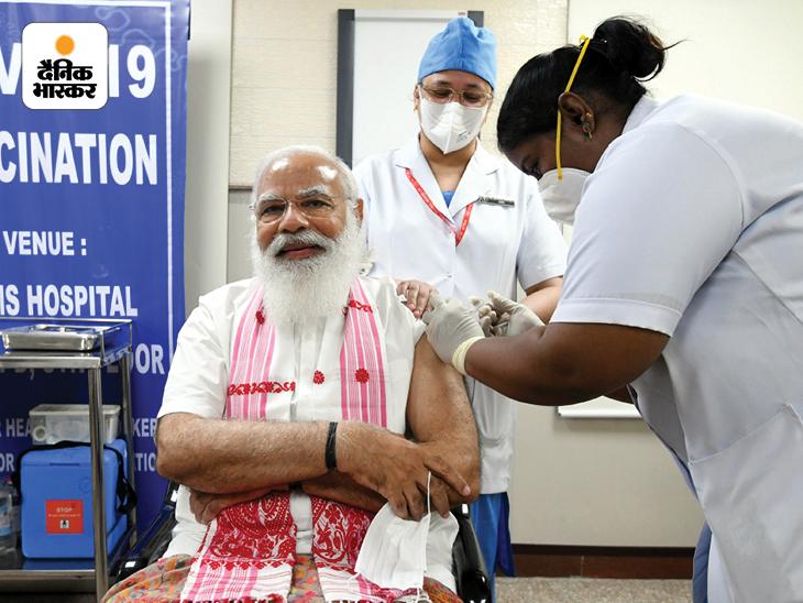 मोदी अपने खास अंदाज के लिए जाने जाते हैं। 1 मार्च 2021 को जब वह कोरोना वैक्सीन की पहली डोज लेने के लिए AIIMS पहुंचे तो उनके कंधे पर असम का गमछा था। इसे 2021 के असम चुनाव से भी जोड़कर देखा गया। पुडुचेरी-केरल की नर्स ने PM मोदी को वैक्सीन लगाई थी।
