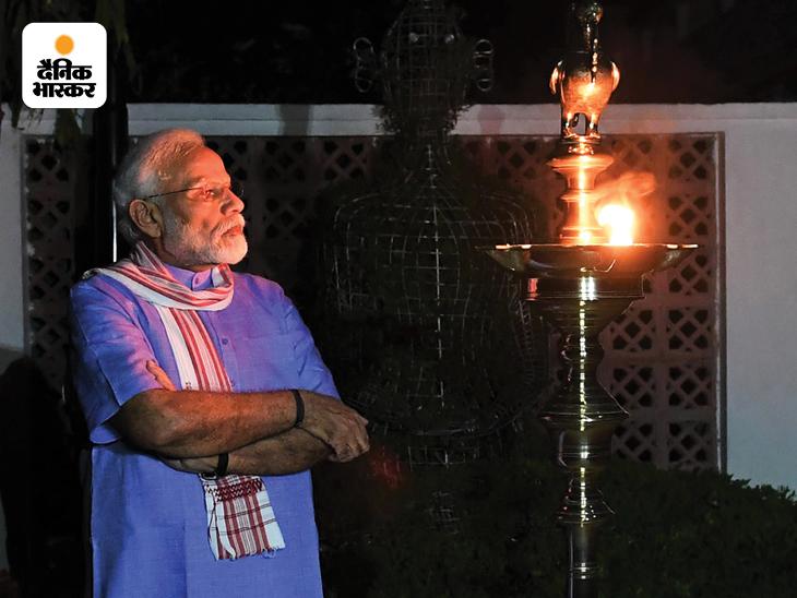 यह तस्वीर 5 अप्रैल 2020 की है। देश में कोरोना महामारी विकराल रूप ले रही थी। देश में चारों तरह निगेटिविटी का माहौल था। तब मोदी ने देशवासियों से रात 9 बजे कोरोना योद्धाओं के सम्मान में लाइट जलाने का आग्रह किया था। उस दौरान मोदी धोती-कुर्ते में नजर आए थे।