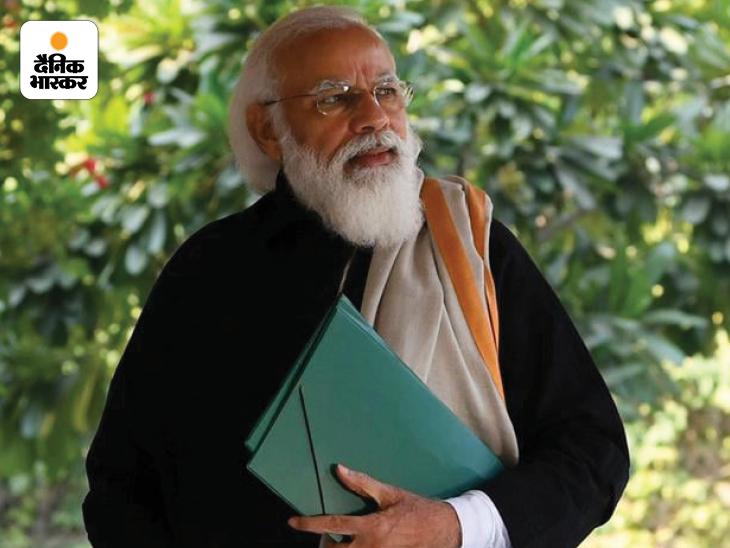 यह तस्वीर 26 दिसंबर 2020 की है। प्रधानमंत्री नरेंद्र मोदी ने अपने सोशल मीडिया अकाउंट से यह तस्वीर शेयर की थी जिसमें उन्होंने बताया था कि वे जम्मू-कश्मीर के भाई बहनों के एक कार्यक्रम में शामिल होने जा रहे हैं। इस तस्वीर के बाद से ही मोदी के टैगोर लुक को लेकर चर्चा होने लगी थी। कुछ लोगों ने इसे बंगाल चुनाव से भी जोड़ा था।