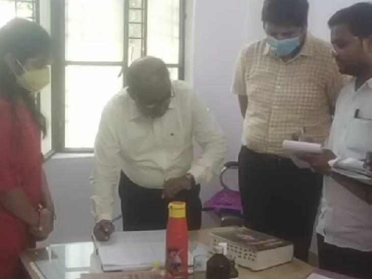 सुबह-सुबह निरीक्षण पर पहुंच गए DM अनुराग पटेल, नहीं मिले अधिकारी और डॉक्टर, तीन का रोका वेतन|बांदा,Banda - Dainik Bhaskar