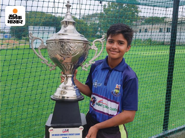 हैदराबाद में CM मिक्सड क्रिकेट लीग में चैम्पियन बनने पर विजेता ट्रॉफी उठाए संध्या।