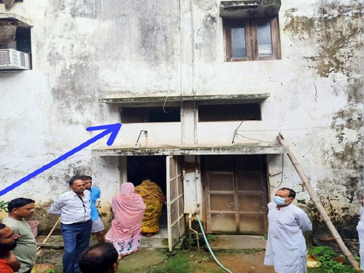 आरोपी इसी खिड़की से घर के अंदर घुसे थे।