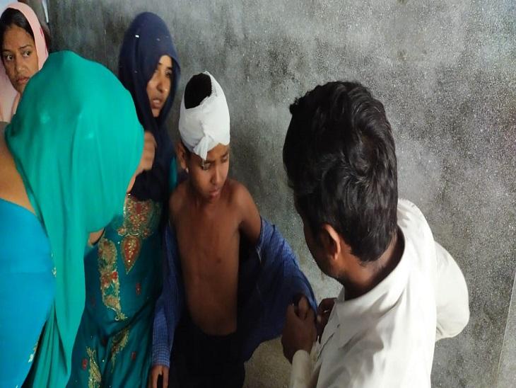 अस्पताल पहुंचे बच्चे का इलाज करते डॉक्टर।