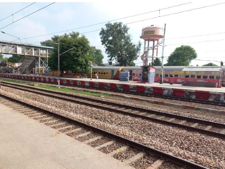 धौलपुर से 600 छात्र हर दिन आगरा और ग्वालियर पढ़ाई के लिए जाते,अब महंगे टिकट पर करनी पड़ रही यात्रा,छात्रों ने रेल मंत्रालय से लगाई गुहार|धौलपुर,Dholpur - Dainik Bhaskar