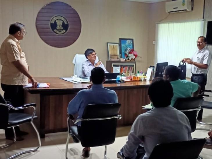 मतदान प्रक्रिया को लेकर जानकारी देते जिला कलेक्टर - Dainik Bhaskar