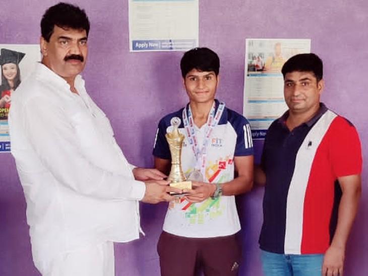 ओपीजेएस विवि ने 51 हजार रुपए का नकद पुरस्कार देकर किया सम्मानित,चेयरमैन ने कहा,खिलाड़ियों को मदद करने के लिए हर संभव प्रयास कर रहे|राजस्थान,Rajasthan - Dainik Bhaskar