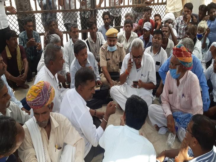 जोधपुर में इलाज के दौरान 14 वर्षीय बच्ची की हुई मौत, परिजनों और ग्रामीणों ने समदड़ी डिस्कॉम के आगे दिया धरना, सहमति के बाद माने|बाड़मेर,Barmer - Dainik Bhaskar