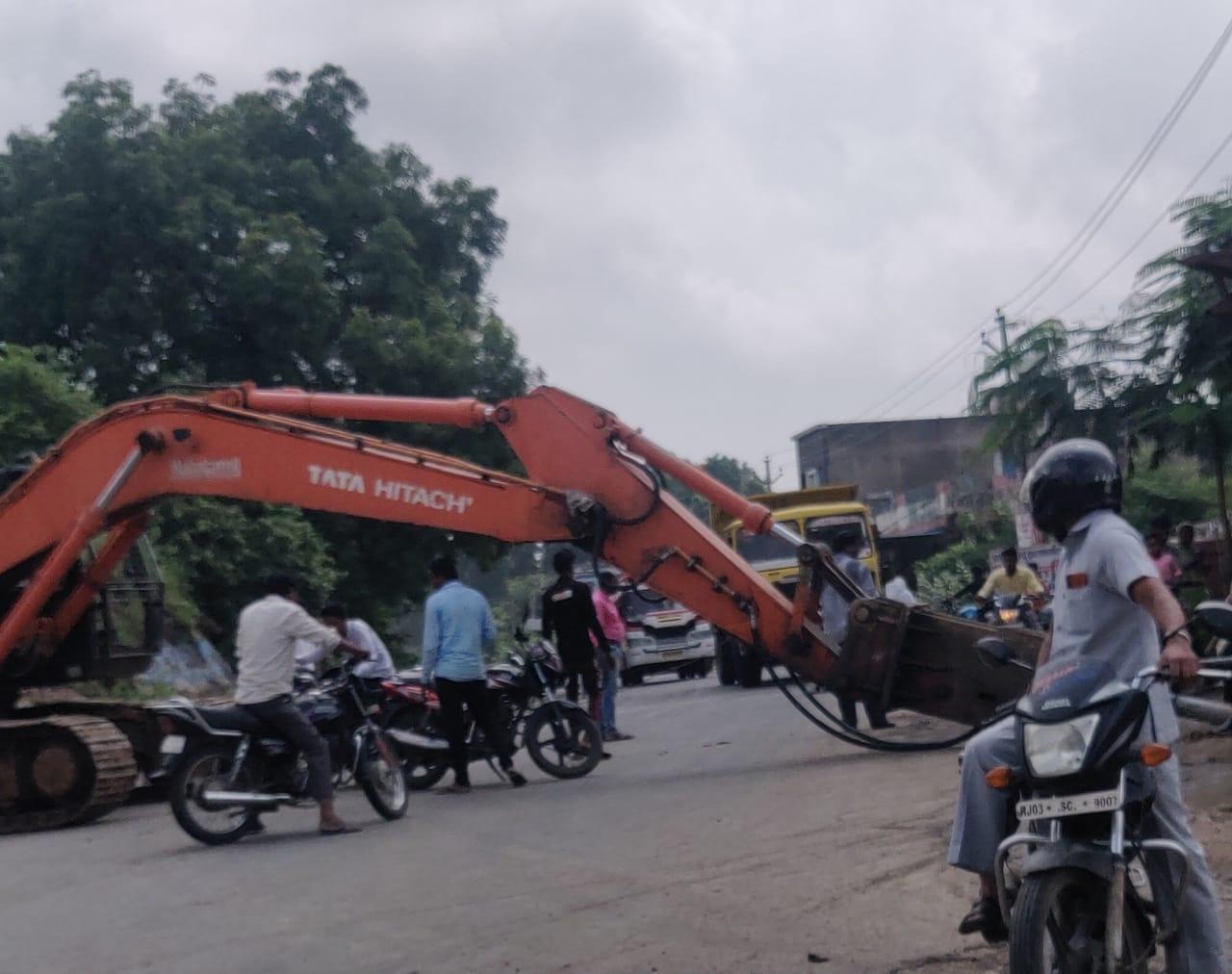 पेट्रोल पंप पर पत्थरों की खुदाई कर रही थी मशीन, बाल-बाल बचे कार सवार लोग, 30 मिनट तक हाईवे रहा जाम|बांसवाड़ा,Banswara - Dainik Bhaskar