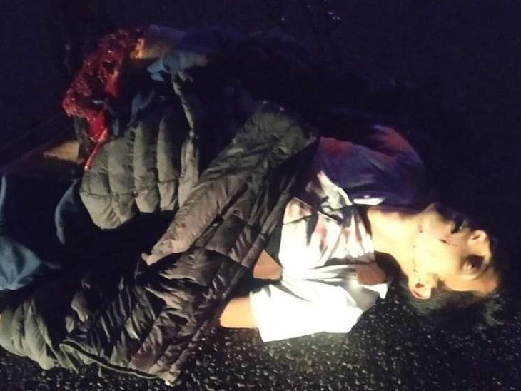 हादसे में मारे गए पुलिसकर्मी का शव।