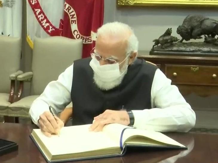 प्रधानमंत्री नरेंद्र मोदी व्हाइट हाउस के रूजवेल्ट रूम में विजिटर बुक पर हस्ताक्षर करते हुए।