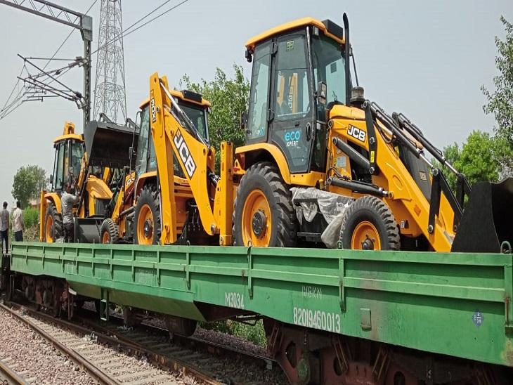 रेलवे लोडेड ट्रक, जेसीबी को वैगन में लोडकर संबंधित स्थान तक पहुंचाएगा - Dainik Bhaskar