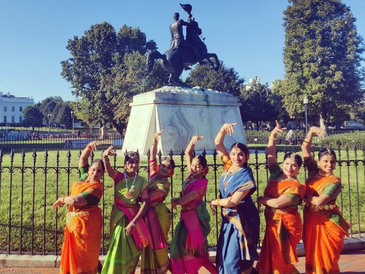 व्हाइट हाउस के सामने कुचिपुड़ी डांस कर मोदी का स्वागत करतीं भारतीय मूल की महिलाएं।