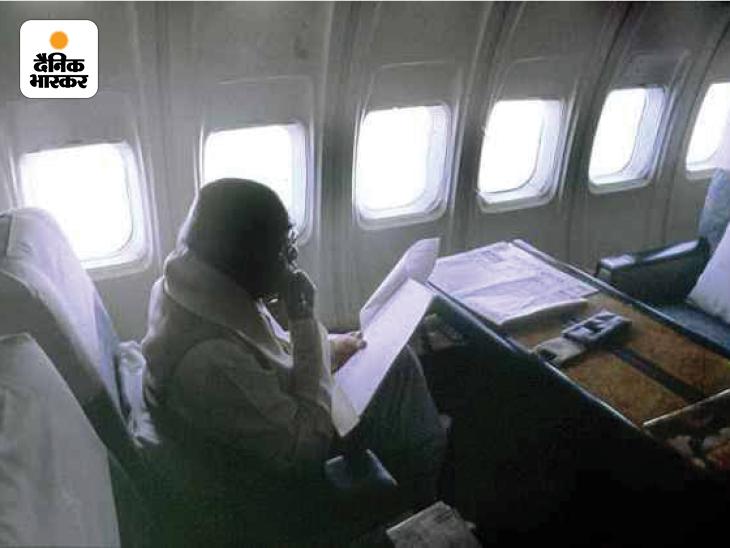 भारत के 9वें प्रधानमंत्री पीवी नरसिम्हा राव की विमान यात्रा की तस्वीर। इसमें वे कोई दस्तावेज पढ़ते नजर आ रहे हैं। वे 1991 से 1996 तक देश के प्रधानंमत्री रहे।