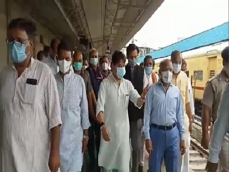 ट्रेन के आने पहले ग्वालियर रेलवे स्टेशन पर घूमते सिंधिया