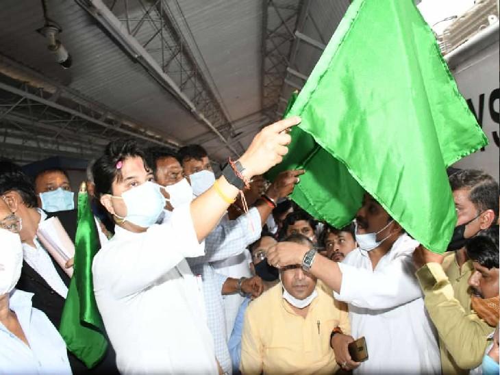 आन्ध्र प्रदेश संपर्क क्रांति को हरी झंडी दिखाकर दिल्ली के लिए रवाना करते केन्द्रीय मंत्री ज्योतिरादित्य सिंधिया - Dainik Bhaskar