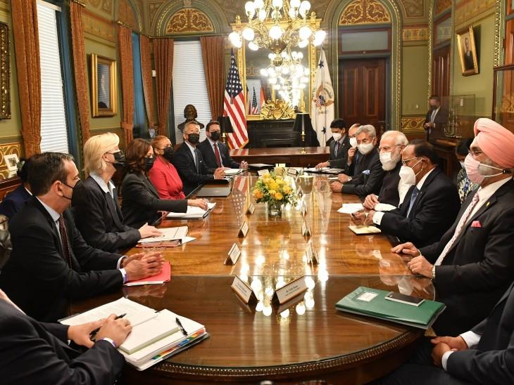 प्रधानमंत्री नरेंद्र मोदी भारतीय प्रतिनिधिमंडल के साथ अमेरिका की उप-राष्ट्रपति कमला हैरिस और अमेरिकी प्रतिनिधिमंडल के साथ आइजनहावर एग्जीक्यूटिव ऑफिस बिल्डिंग में बैठक करते हुए।