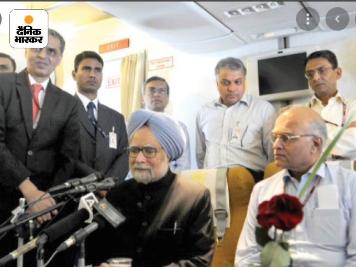 यूपीए शासन काल में प्रधानमंत्री का पद संभालने वाले मनमोहन सिंह की फोटो। वे प्लेन में मीडिया से बातचीत कर रहे हैं।