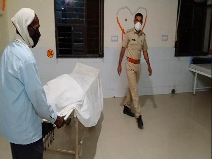 तेज रफ्तार वाहन की टक्कर से बाइक सवार की हुई मौत, पुलिस शव लेकर हॉस्पिटल पहुंची तो कर्मचारियों ने लौटाया, तहसीलदार के कहने पर वार्ड में रखवाया|सवाई माधोपुर,Sawai Madhopur - Dainik Bhaskar