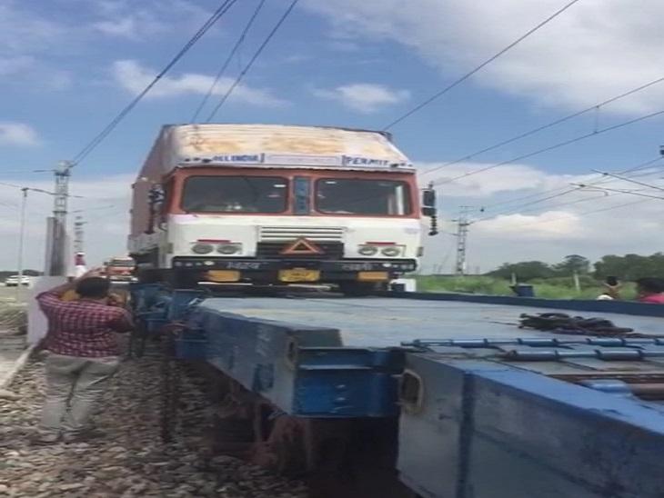 फरीदाबाद स्टेशन पर रेलवे कोच में लादा जा रहा लोडेट ट्रक