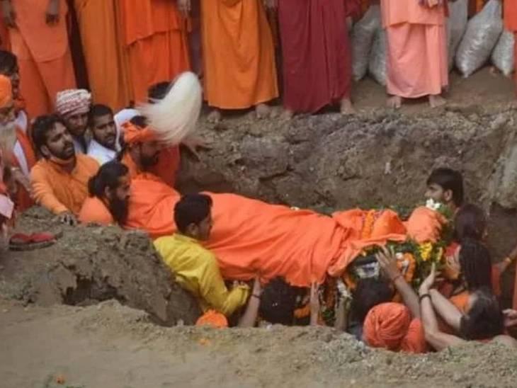 22 सितंबर को महंत नरेंद्र गिरि को मठ के बगीचे में समाधि दी गई थी।