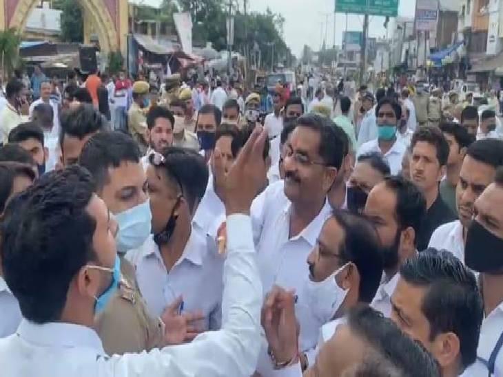 वकील के खिलाफ केस दर्ज होने से भड़के, सड़क पर लगाया जाम; पुलिस से भी हुई नोकझोंक हापुड़,Hapud - Dainik Bhaskar